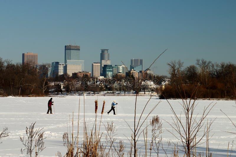 Sciando nell'ambito dell'orizzonte di Minneapolis sul lago delle isole fotografia stock