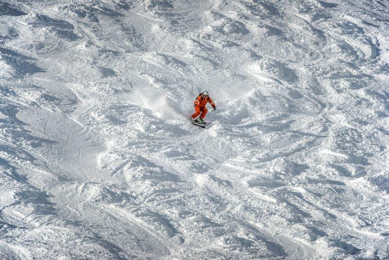 Sciando nella stazione sciistica Solden Austria delle montagne immagine stock