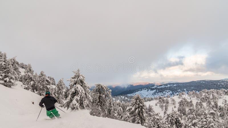 Sciando sopra la montagna nevosa di olympus immagine stock libera da diritti