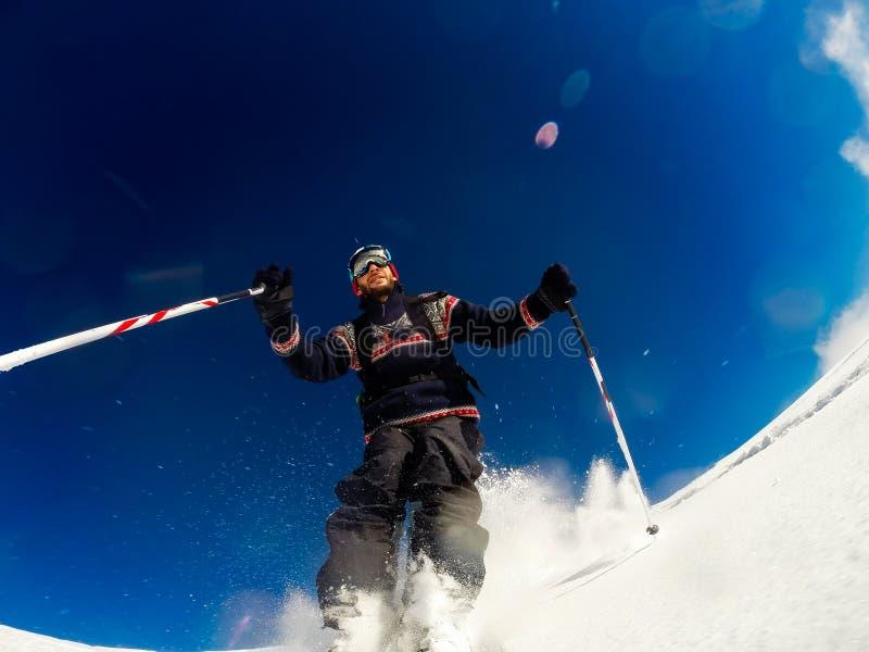 Sciando sulla neve della polvere fotografia stock libera da diritti