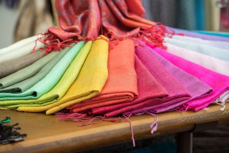 Sciarpa differente del tessuto di seta di colori immagine - Immagine del mouse a colori ...