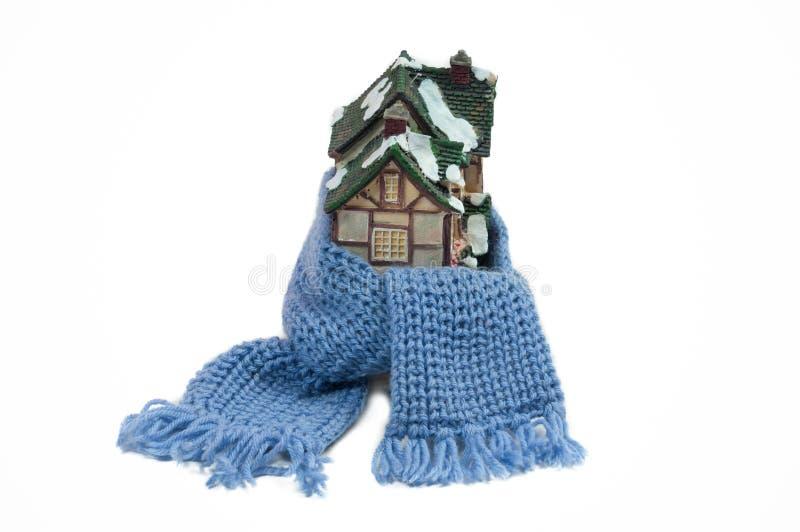 Sciarpa intorno ad una casa di natale della miniatura (conceptu immagini stock