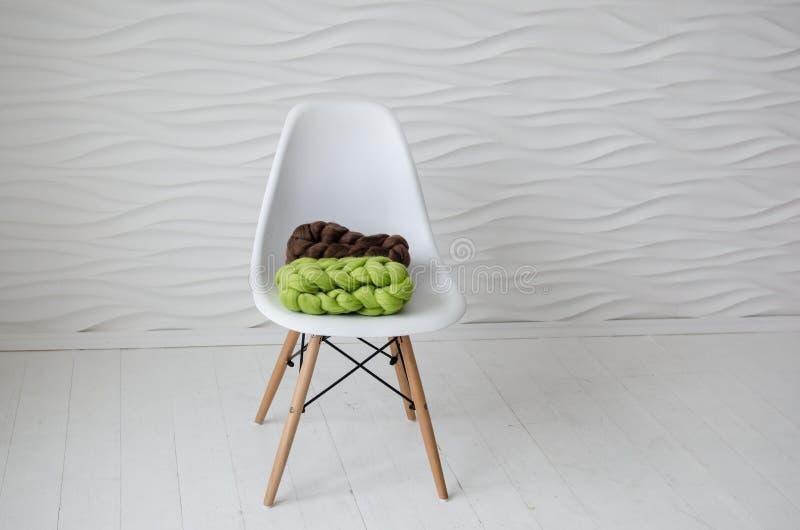 Sciarpa merino variopinta sulla sedia bianca fotografia stock libera da diritti