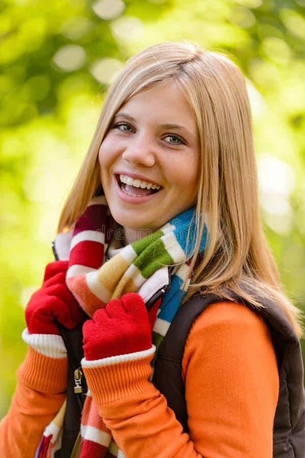 Sciarpa variopinta sorridente dell'adolescente della ragazza felice di autunno immagine stock libera da diritti