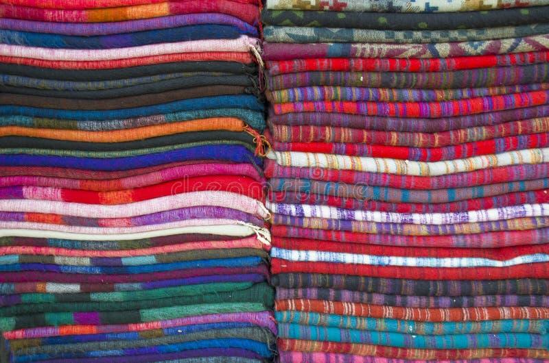 Sciarpe a colori in vendita sul mercato asiatico fotografie stock libere da diritti