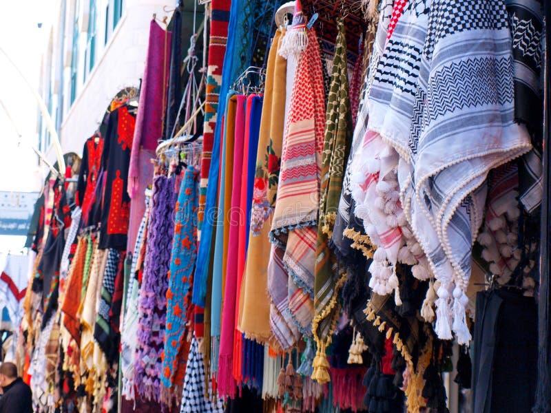 Sciarpe sul mercato arabo immagine stock