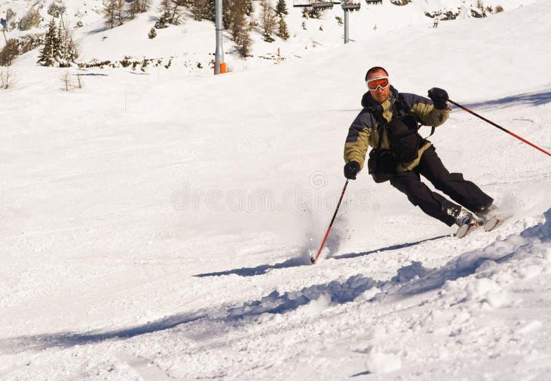 Sciatore alla girata immagine stock