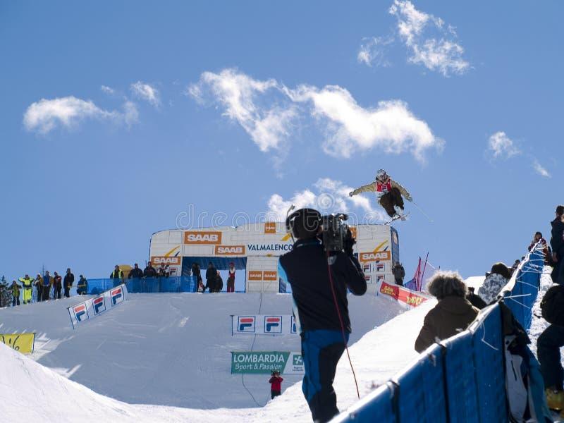 Sciatore catturato dalla televisione fotografia stock