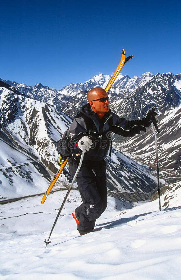 Sciatore che fa un'escursione per le piste fresche fotografia stock libera da diritti