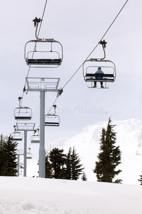 Sciatore che guida Ski Lifts Up Mount Hood fotografie stock