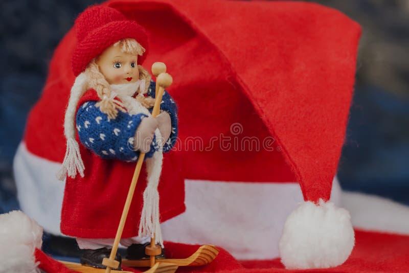 Sciatore del paese trasversale del ricordo, cappelli di rosso di natale fotografia stock