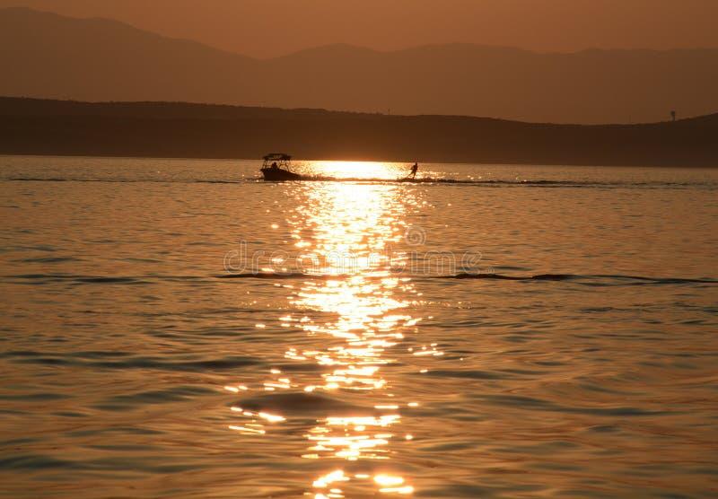 Sciatore dell'acqua in un tramonto immagine stock libera da diritti