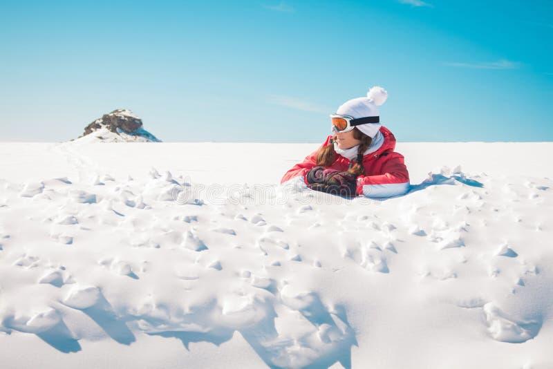 Sciatore della giovane donna che gode della neve che prende il sole fotografie stock libere da diritti