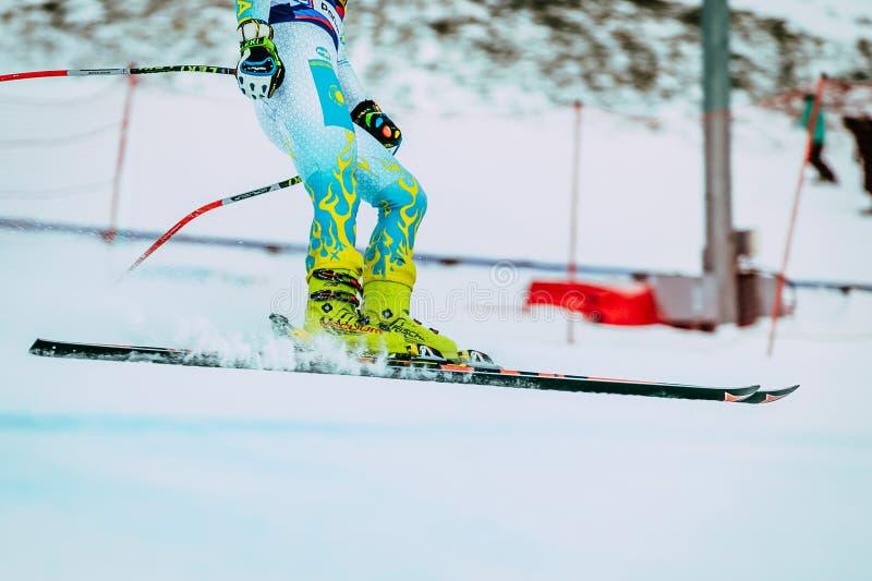 Sciatore della ragazza dei piedi del primo piano dopo lo spruzzo di rivestimento di neve durante la tazza russa nello sci alpino fotografia stock libera da diritti