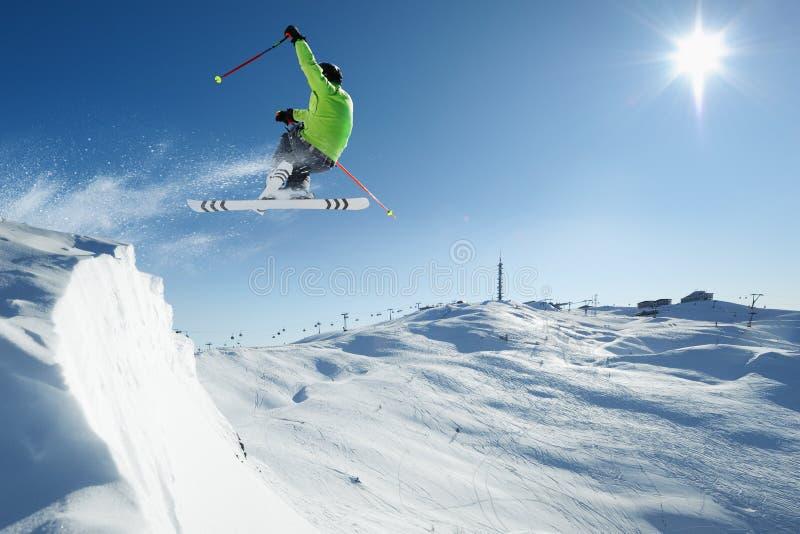 Sciatore di salto immagine stock