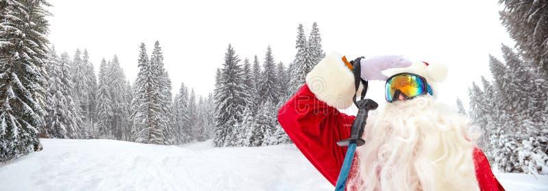 Sciatore di Santa Claus sui precedenti del paesaggio dello sci immagini stock libere da diritti