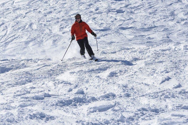 Sciatore di Telemark in neve profonda fotografia stock libera da diritti