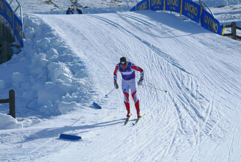 Sciatore durante la maratona nordica Sgambeda di corsa con gli sci fotografia stock libera da diritti