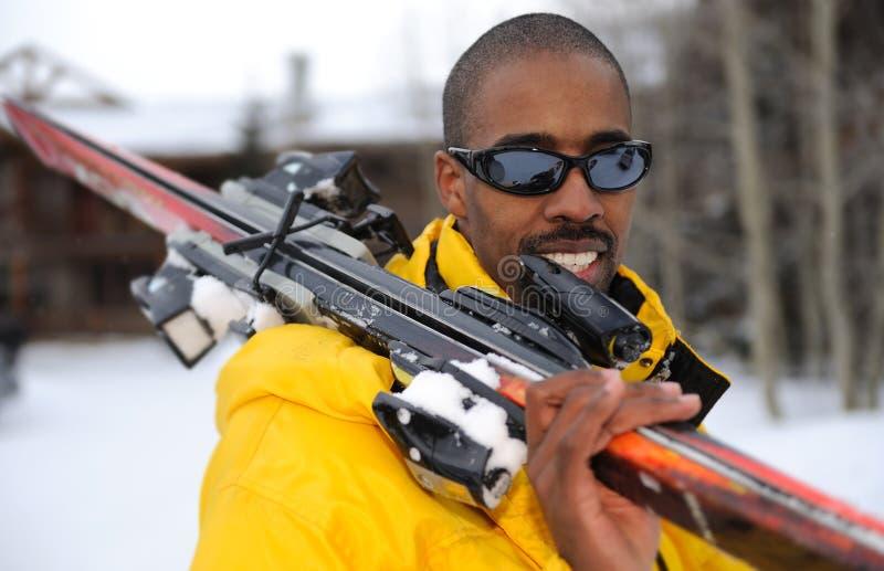 Sciatore felice alla stazione sciistica fotografie stock libere da diritti