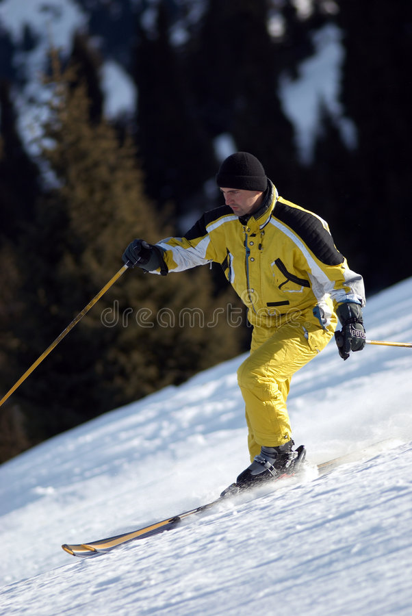 Sciatore giallo della montagna immagini stock