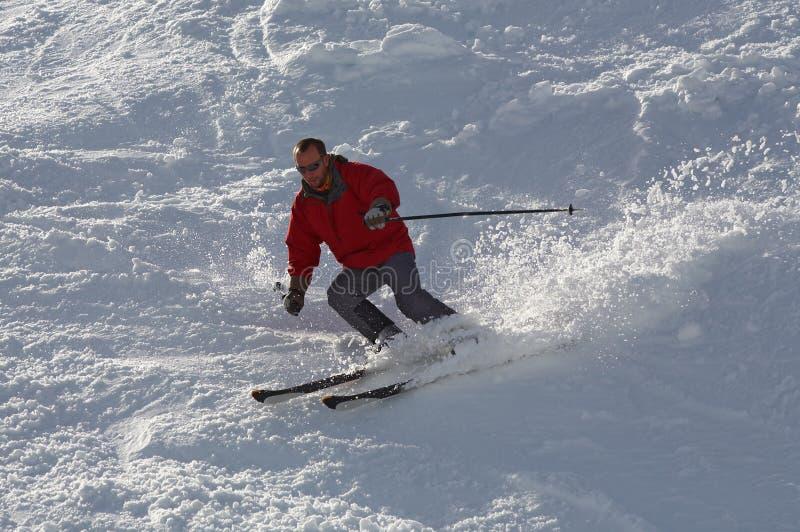 Sciatore nel colore rosso fotografia stock libera da diritti