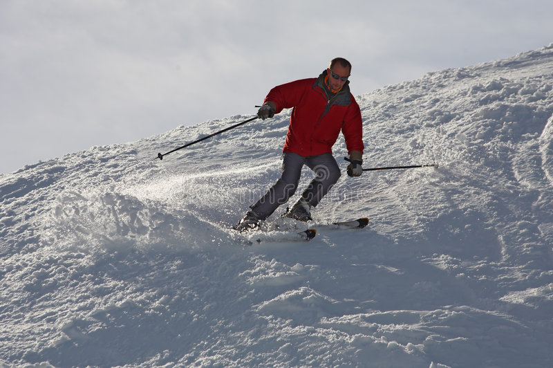 Sciatore nel colore rosso immagine stock libera da diritti
