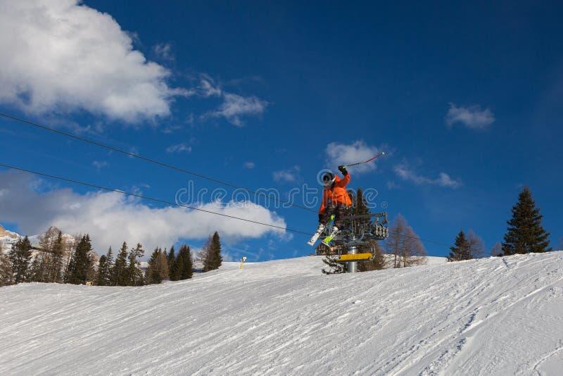 Sciatore nell'azione: Ski Jumping nella montagna Snowpark immagini stock libere da diritti