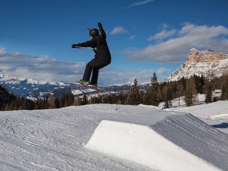 Sciatore nell'azione: Ski Jumping nella montagna Snowpark fotografia stock
