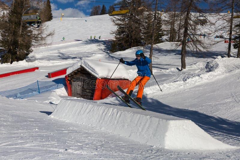 Sciatore nell'azione: Ski Jumping nella montagna Snowpark immagine stock