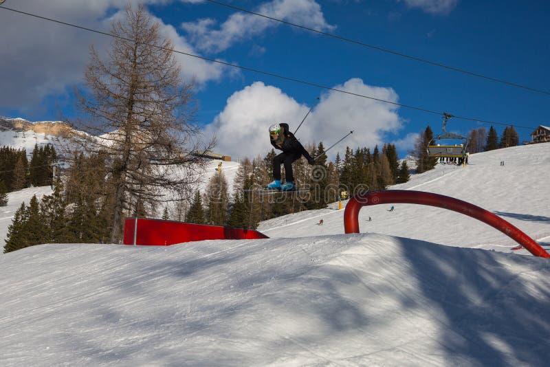 Sciatore nell'azione: Ski Jumping nella montagna Snowpark immagini stock