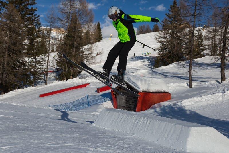 Sciatore nell'azione: Ski Jumping nella montagna Snowpark fotografia stock libera da diritti
