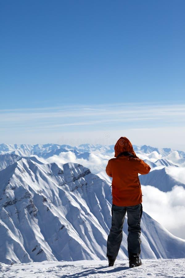 Sciatore sopra le montagne della neve immagine stock libera da diritti
