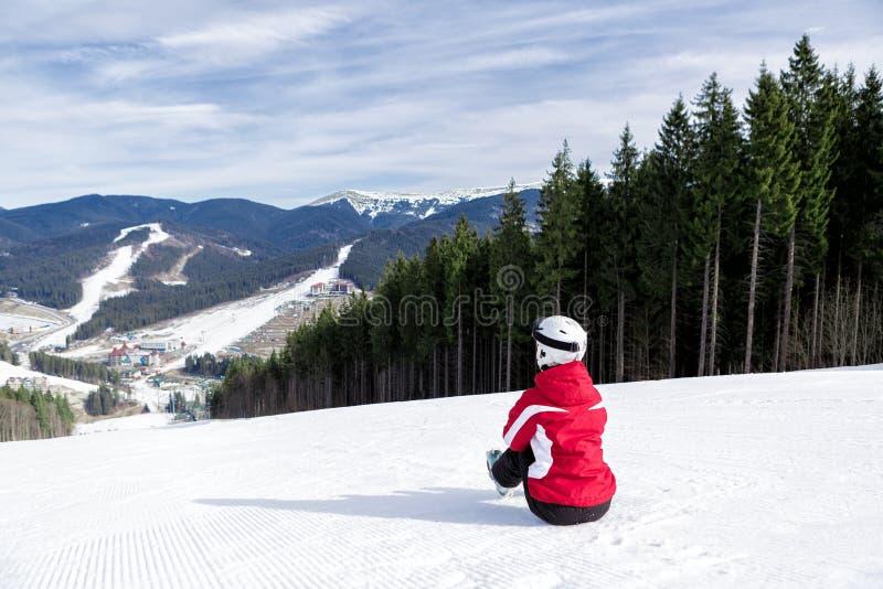 Sciatore sulla montagna immagini stock libere da diritti