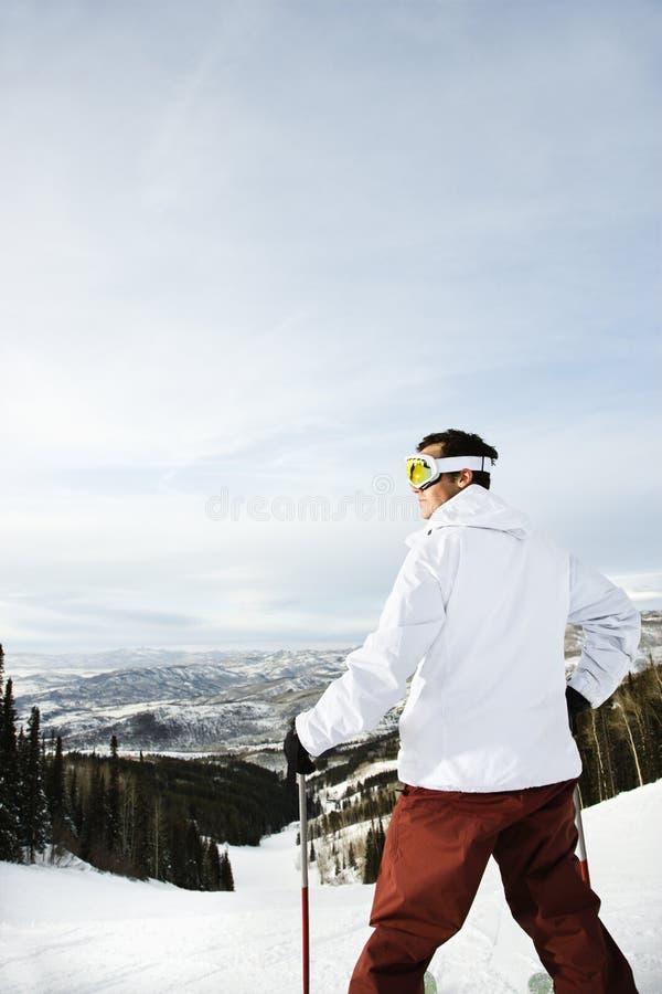 Sciatore sulla valle di trascuranza della montagna fotografia stock