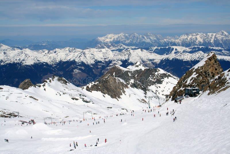 Sciatori in alpi fotografia stock libera da diritti