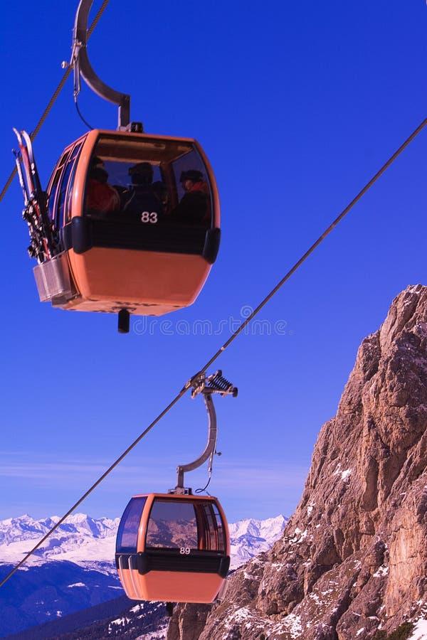 Sciatori in cabina di funivia della montagna fotografia stock libera da diritti