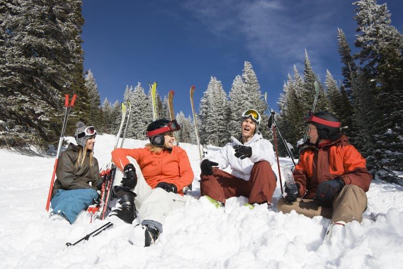 Sciatori che si siedono nella conversazione della neve immagini stock libere da diritti
