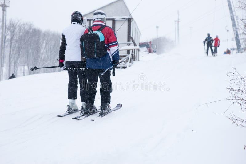 Sciatori del paese trasversale nella neve di inverno immagine stock libera da diritti