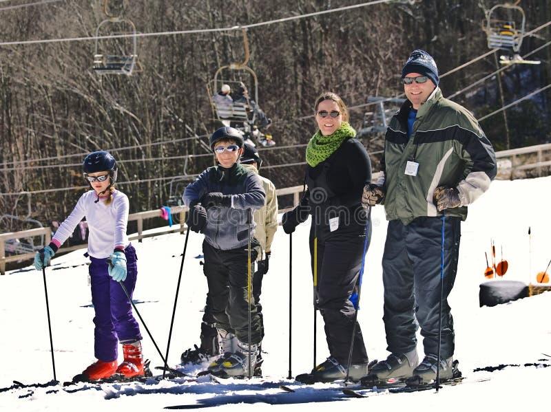 Sciatori della neve della famiglia immagine stock
