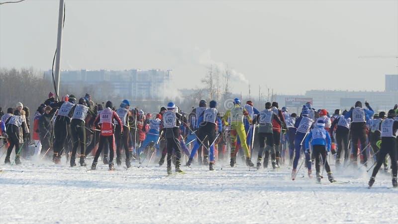 Sciatori di massa degli atleti degli uomini di inizio durante il campionato su sci di fondo immagine stock