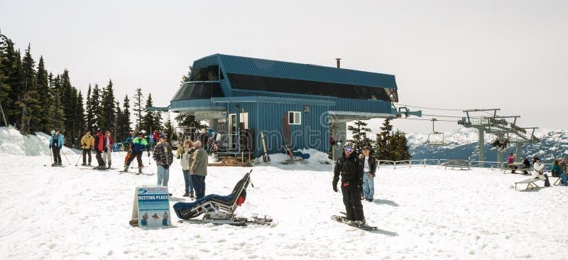 Sciatori e pensionanti sulla montagna di Whistler immagine stock libera da diritti