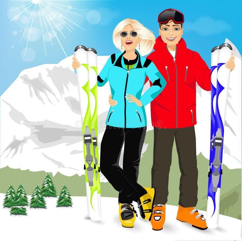 Sciatori felici delle coppie che stanno sul bordo dei picchi di montagna illustrazione vettoriale