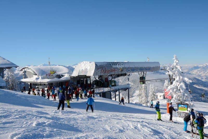 Sciatori sull'ascensore di sci e del pendio immagine stock
