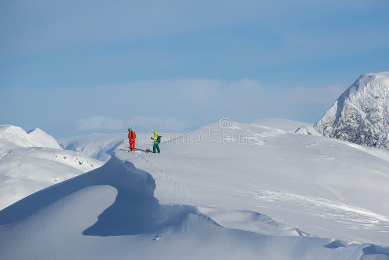 Sciatori sulla cima della montagna immagine stock libera da diritti