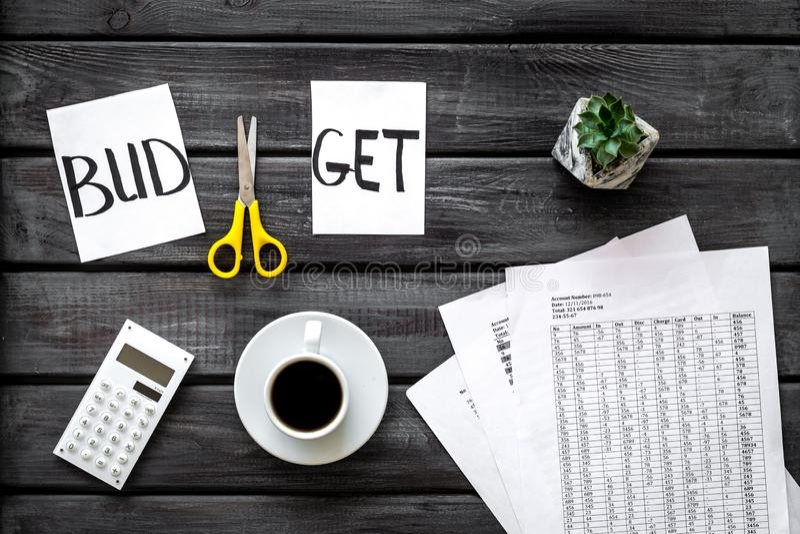 Sciccors i papier z słowo budżetem, kawą i planem dla budżeta zmniejsza na drewnianego tła odgórnym widoku, obraz royalty free