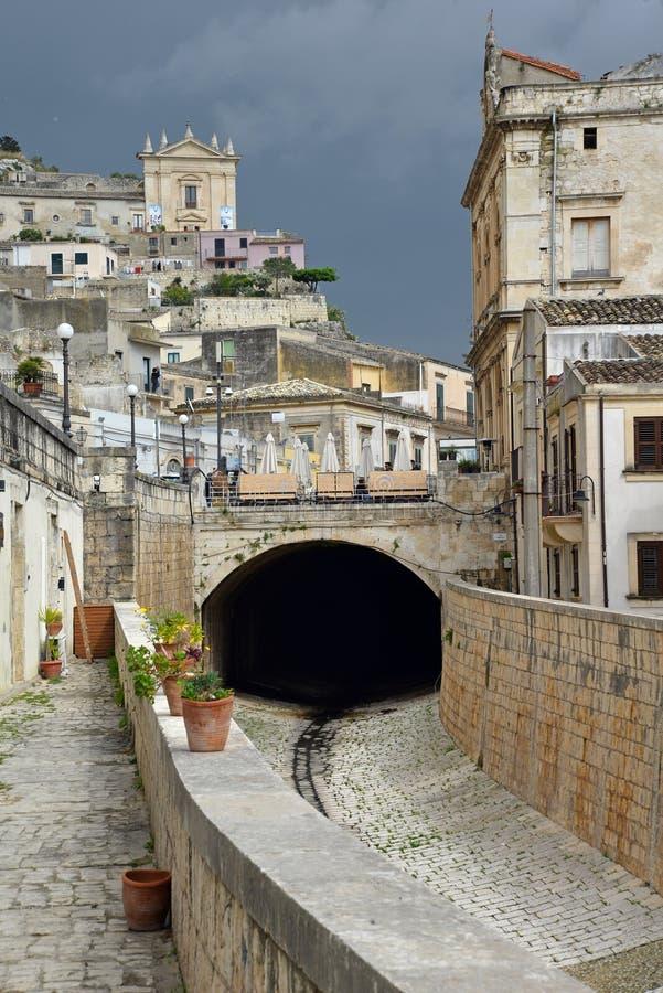 Scicli, Сицилия, Италия старый городской центр и сухой поток стоковое фото rf