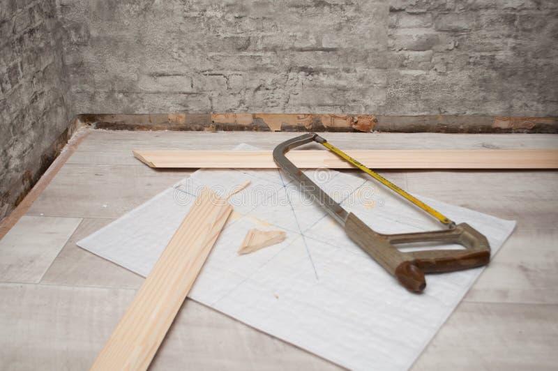 Scie à métaux et bordage La rénovation de la maison photographie stock
