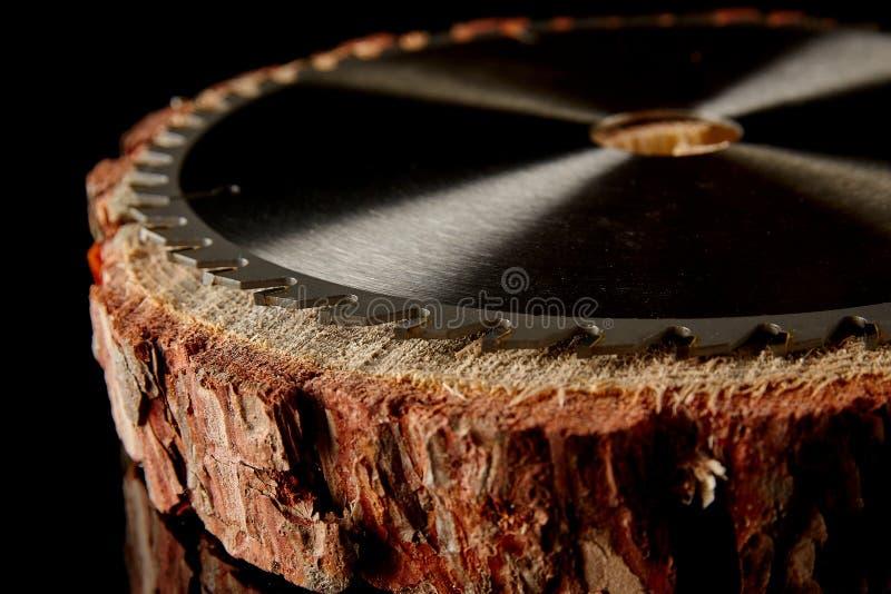Scie circulaire mécanique, le meilleur assistant en sciant le bois en petite et grande quantité photographie stock