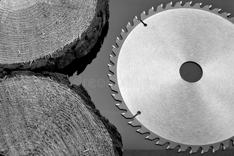 Scie circulaire mécanique, le meilleur assistant en sciant le bois en petite et grande quantité images libres de droits