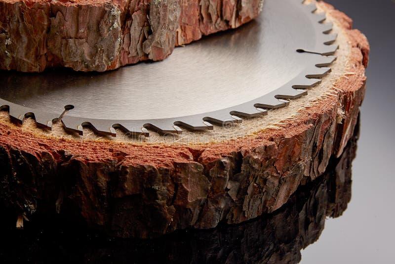 Scie circulaire mécanique, le meilleur assistant en sciant le bois en petite et grande quantité images stock